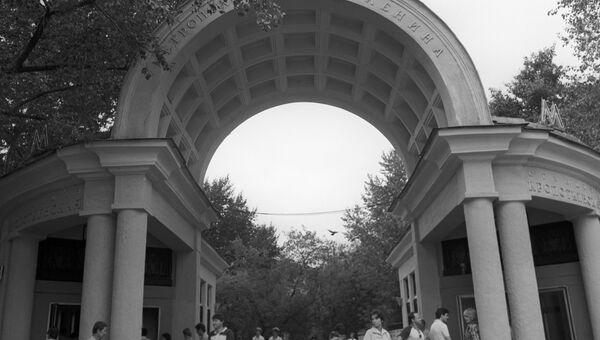 Наземный вестибюль станции метро Кропоткинская на Гоголевском бульваре