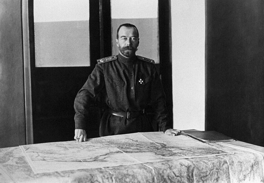 Николай II принял на себя звание Верховного главнокомандующего. 23 августа (5 сентября) 1915 года
