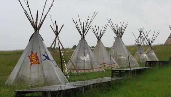 Вигвамы на территории Этнографического парка Этномир в Калужской области