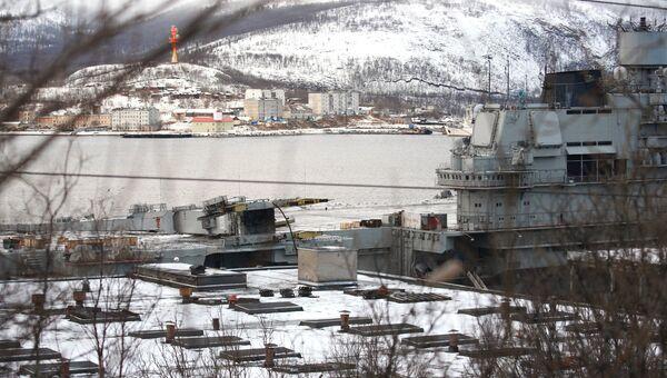 Крейсер Адмирал Кузнецов у причала 35-го судоремонтного завода . Архивное фото
