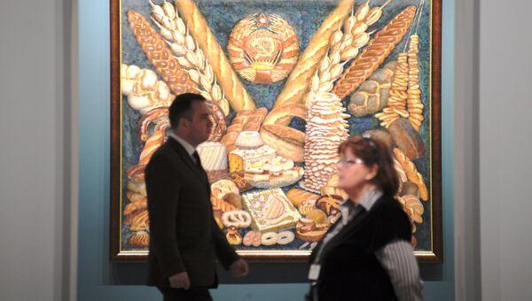 Сотрудники возле картины Ильи Машкова Советские хлеба во время подготовки выставки Сокровища музеев России