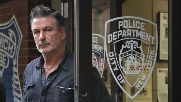 Голливудский актер Алек Болдуин выходит из полицейского участка в Нью-Йорке, США. 2 ноября 2018
