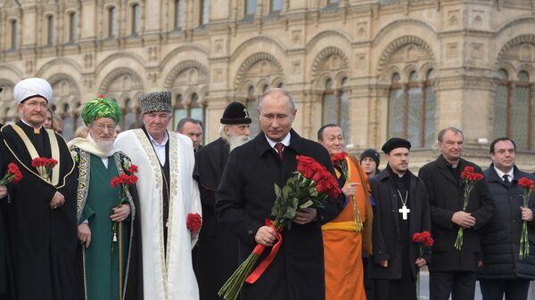 Президент РФ Владимир Путин на церемонии возложения цветов к памятнику Кузьме Минину и Дмитрию Пожарскому