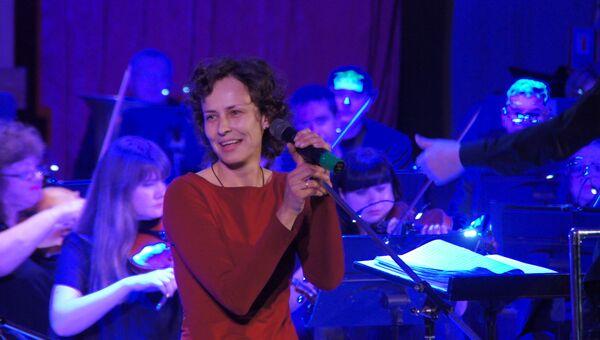 Юлия Чичерина на концерте с симфоническим оркестром в Луганске