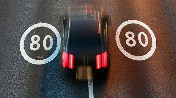 Автомобиль едет по участку Третьего транспортного кольца в Москве с ограничением скорости 80 км/ч