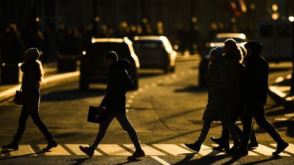 Прохожие на пешеходном переходе на Мясницкой улице в Москве