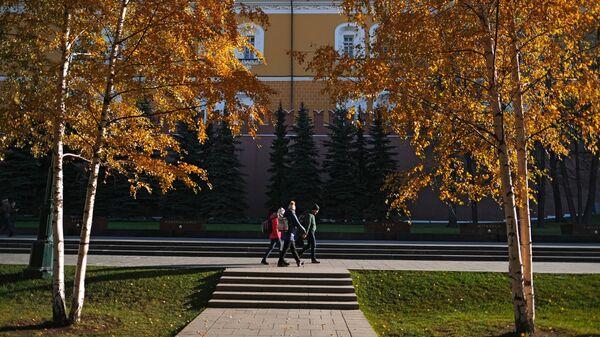 Прохожие в Александровском саду в Москв