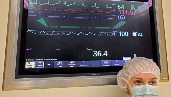 Дисплей с показателями состояния оперируемого больного. Архивное фото