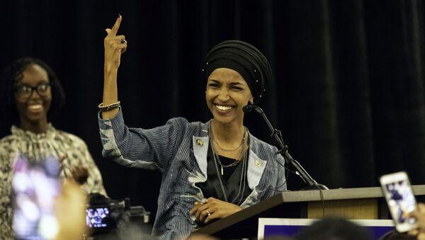 Ильхэн Омар, избранная в Палату представителей от демократов, выступает в Миннеаполисе, Миннесота. 6 ноября 2018