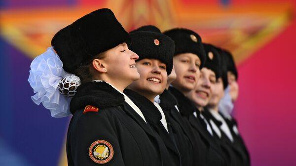 Участницы марша, посвященного 77-летию военного парада 1941 года, на Красной площади в Москве