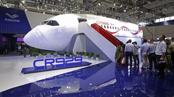Презентация макета российско-китайского самолета CR929 на Чжухайском авиасалоне