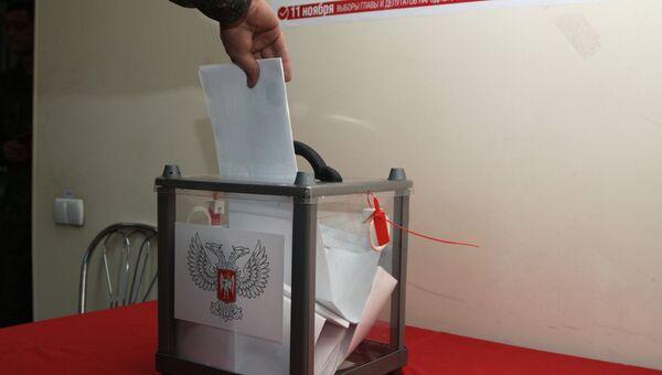 Военнослужащий Донецкой Народной Республики во время досрочного голосования на выборах главы ДНР. Архивное фото