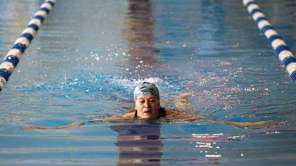 Женщина плавает в бассейне. Архивное фото