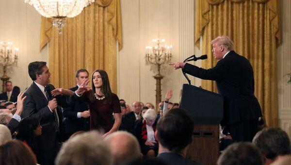 Президент США Дональд Трамп и корреспондент телеканала CNN Джим Акоста во время пресс-конференции в Белом доме. 7 ноября 2018
