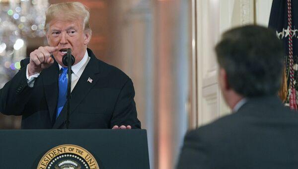 Президент США Дональд Трамп и корреспондент телеканала CNN Джим Акоста. Архивное фото