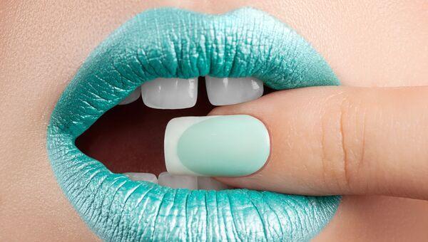 Девушка с зелеными губами