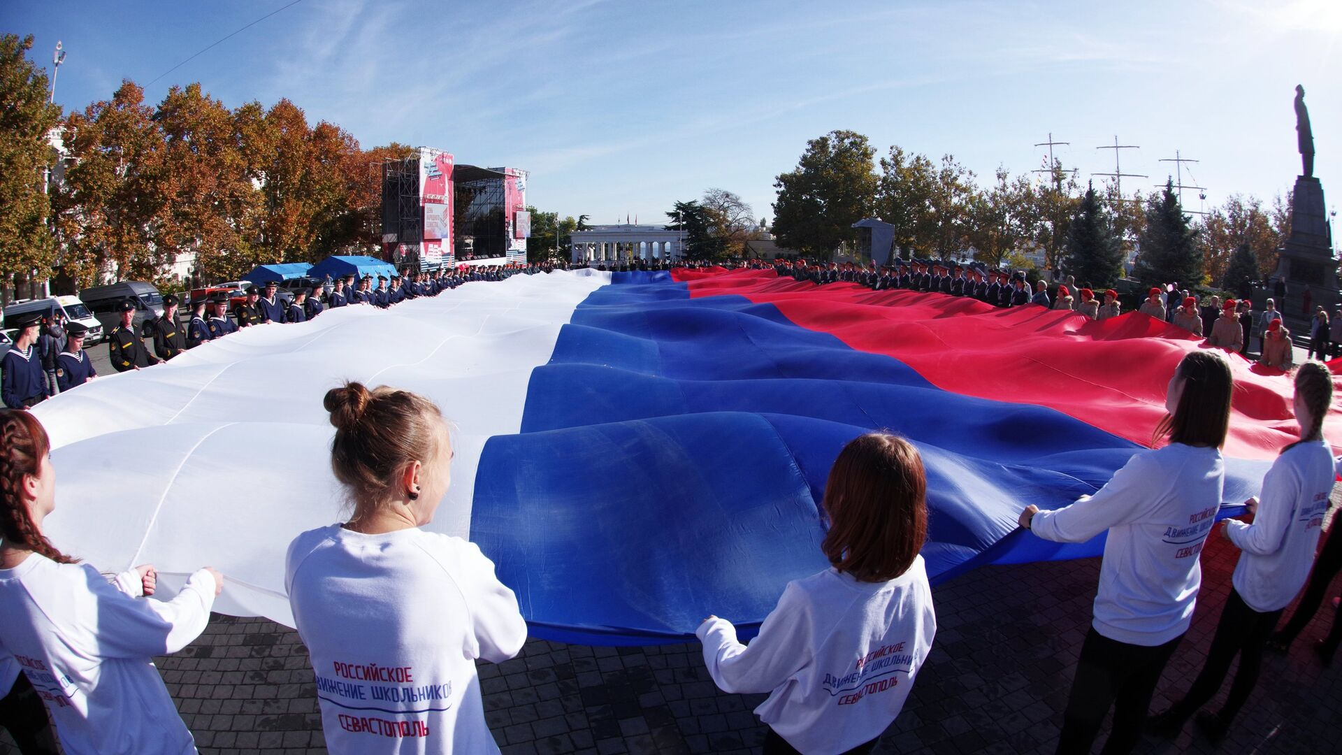 Участники акции Флаг моего государства, посвященного Дню народного единства в Севастополе - РИА Новости, 1920, 04.11.2020