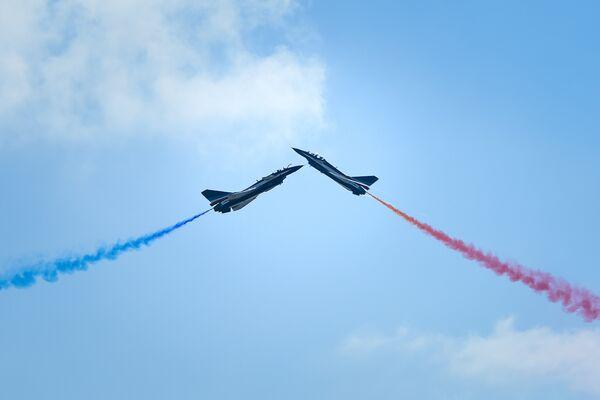 Истребители J-10 ВВС Китая во время выступления на Чжухайском авиасалоне