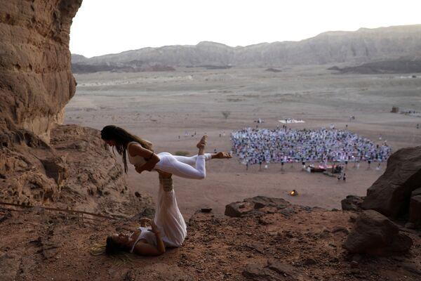 Участники фестиваля йоги в израильской пустыне Арава, Израиль
