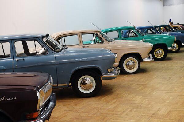 Ретро автомобили ГАЗ-24, ГАЗ-21 Волга (слева направо) на выставке Редкие автомобили в ЦДХ