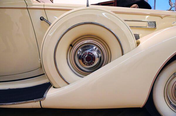 Автомобиль Packard V12 Sedan (1937 г.) на выставке Редкие автомобили в ЦДХ