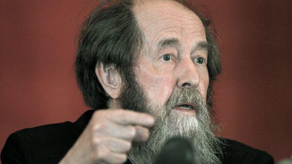 Писатель Александр Солженицын отвечает на вопросы корреспондентов на пресс-конференции во Владивостоке.
