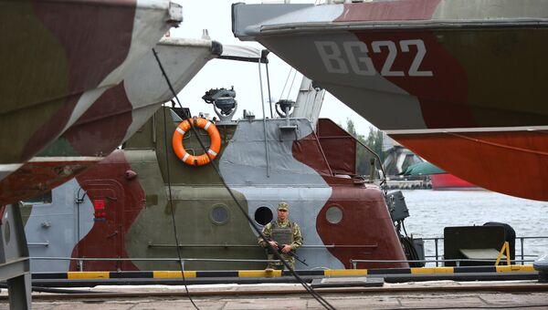 Украинский военнослужащий на борту патрульного катера в порту Мариуполя