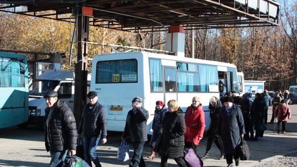 Люди на пограничной территории на КПП Александровка