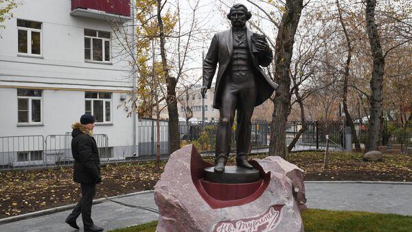 Памятник писателю Ивану Тургеневу на Остоженке в Москве