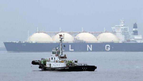 Танкер со сжиженным природным газом в японском порту Йокогама