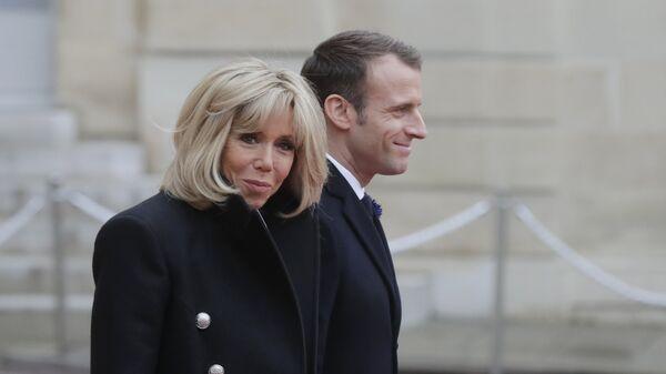 Президент Франции Эммануэль Макрон с супругой Бриджит у Елисейского дворца перед началом мероприятий, посвященных 100-летию окончания Первой мировой войны. 11 ноября 2018