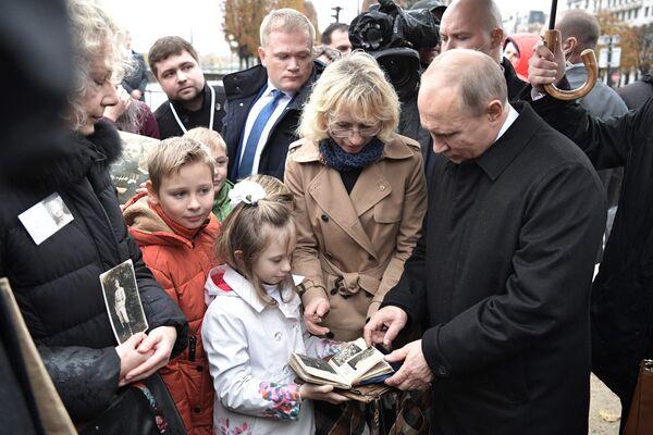 Президент РФ Владимир Путин во время встречи с потомками участников Первой мировой войны