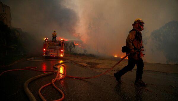 Пожарные во время тушения лесных пожаров в Калифорнии, США