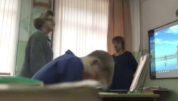 Скриншот видео, где сахалинская учительница довела школьницу до слез из-за дырки на кофте