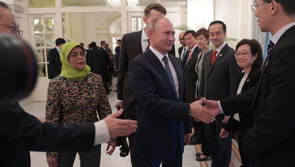 Владимир Путин и президент Сингапура Халима Якоб во время церемонии представления делегаций перед началом встречи. 13 ноября 2018