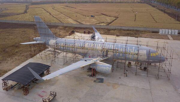 Полномасштабная копия Airbus A-320, построенная китайским фермером Чжу Юэ, в провинции Ляонин в Китае