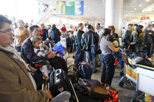 Пассажиры задержанных рейсов авиакомпании «Интеравиа» в аэропорту «Домодедово»