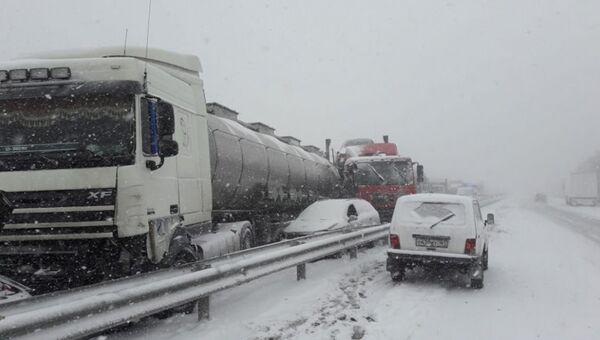 Автомобили, столкнувшиеся на трассе М-4 Дон под Ростовом. Архивное фото