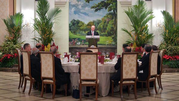 Владимир Путин во время государственного обеда от имени президента республики Сингапур в честь президента РФ. 13 ноября 2018