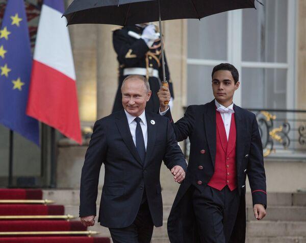 Президент РФ Владимир Путин покидает Елисейский дворец после рабочего завтрака от имени президента Франции Эммануэля Макрона в честь приглашенных глав государств и правительств