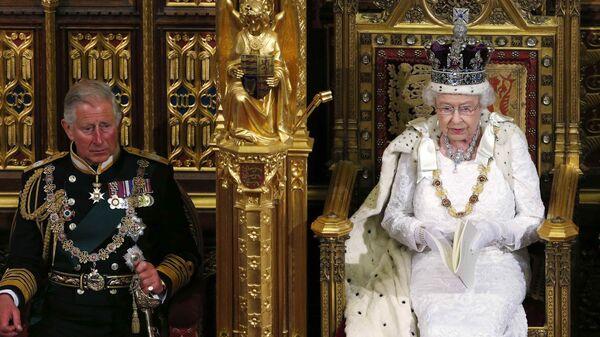 Королева Елизавета II с принцем Чарльзом во время речи в Палате лордов