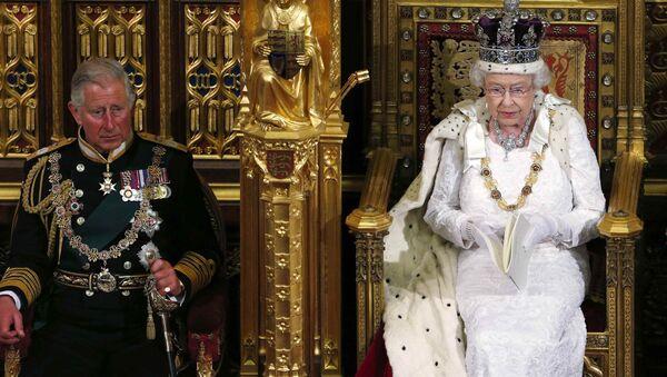 Королева Елизавета II с принцем Чарльзом во время речи в Палате лордов. Архивное фото