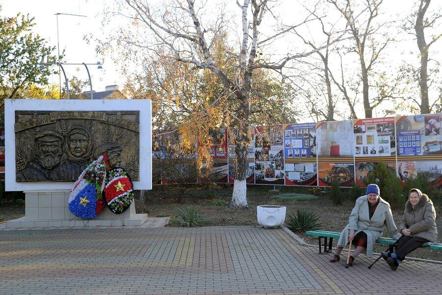 Памятник труженикам тыла в станице Кущевская Краснодарского края