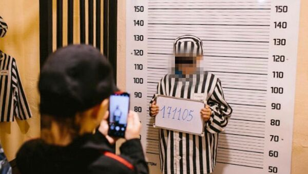 В мурманском торговом центре в ходе мероприятия с участием сотрудников полиции детей переодели в одежду, напоминающую робы заключенных