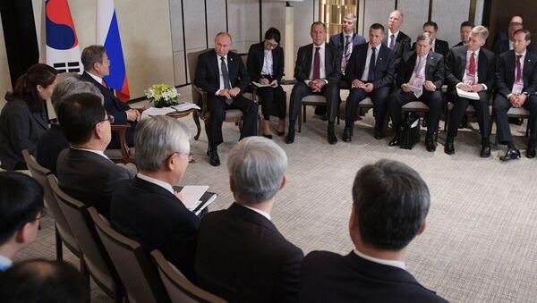 Президент РФ Владимир Путин и президент Республики Корея Мун Чжэ Ин во время встречи в Сингапуре. 14 ноября 2018