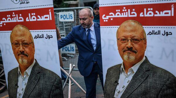 Плакаты с фотографией журналиста Джамаля Хашукджи у консульства Саудовской Аравии в Стамбуле. Архивное фото