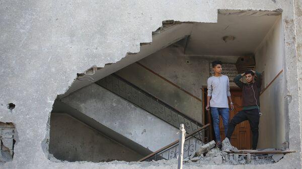 Молодые люди в жилом доме в секторе Газа