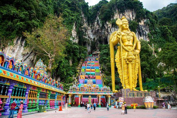 43-х метровая статуя бога Муругана возвышается возле лестницы к пещерам Бату в Куала-Лумпуре