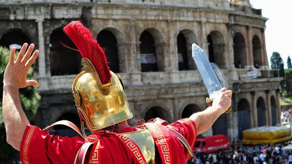 Мужчина в костюме центуриона в Риме