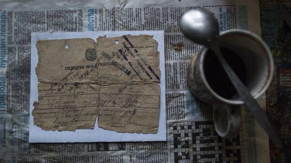 Свидетельство о рождении на столе дома в поселке Зайцево Донецкой области